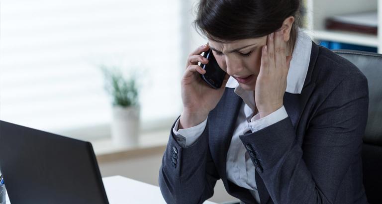 Une femme au téléphone à la frustration